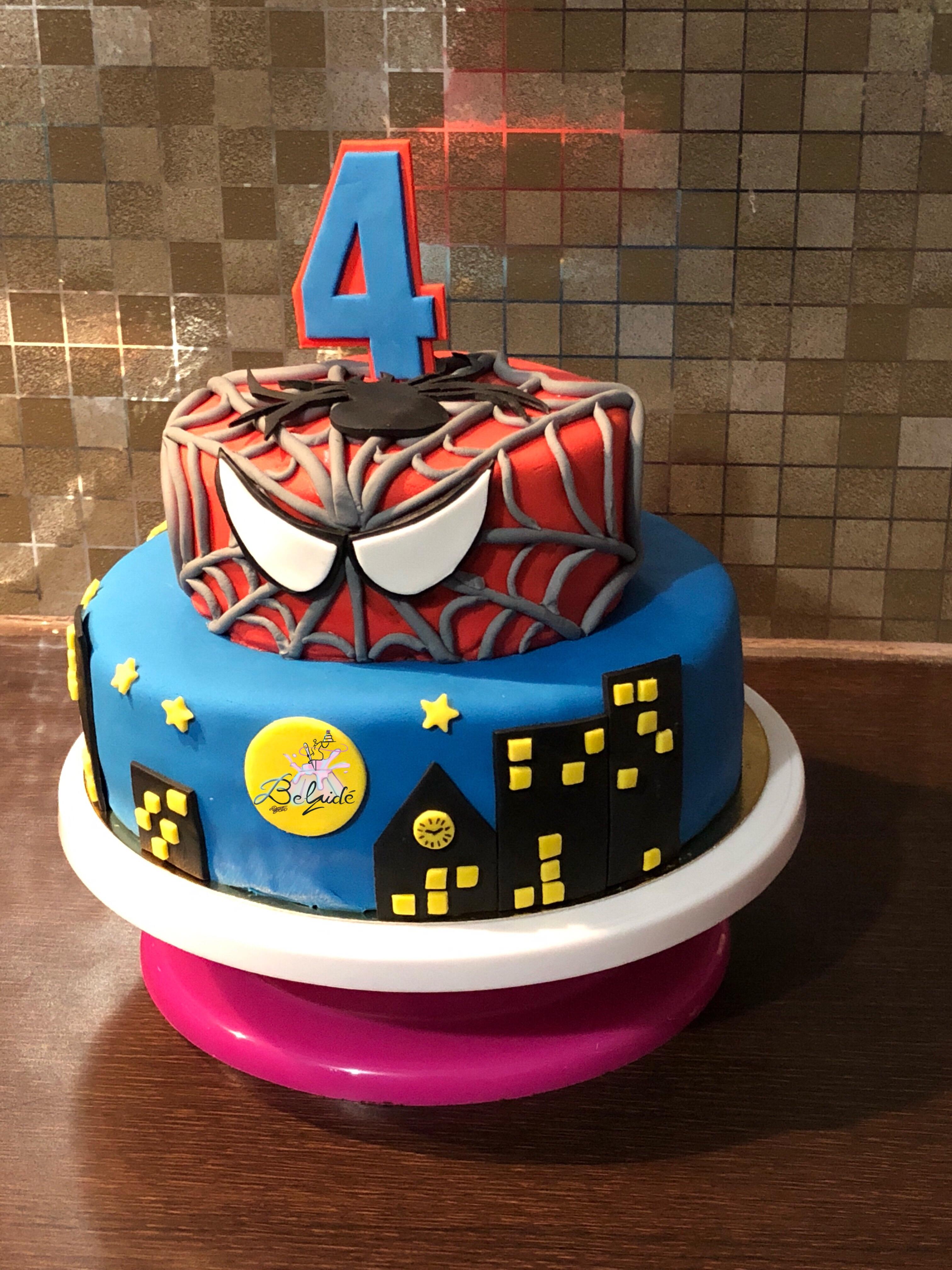 Spiderman : génoise vanille, ganache chocolat lait, couverture pâte à sucre/gum paste